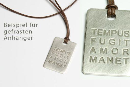 Silberplakette mit gefrästem Text